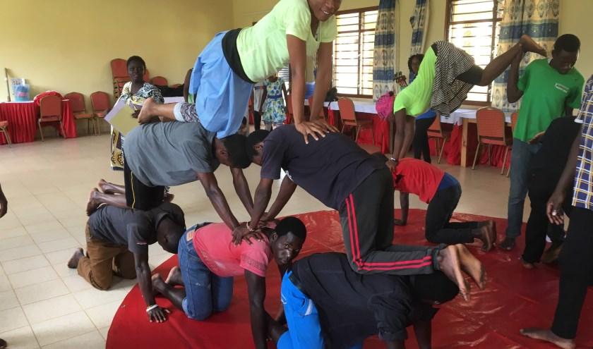 Leerkrachten in opleiding in Kwale in Kenia moeten zelf ook in actie komen om de lesstof van Anne Kuipers onder de knie te krijgen.