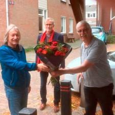 20201005_anne-krijgt-bloemetje-vd-maand-vd-pvda-foto